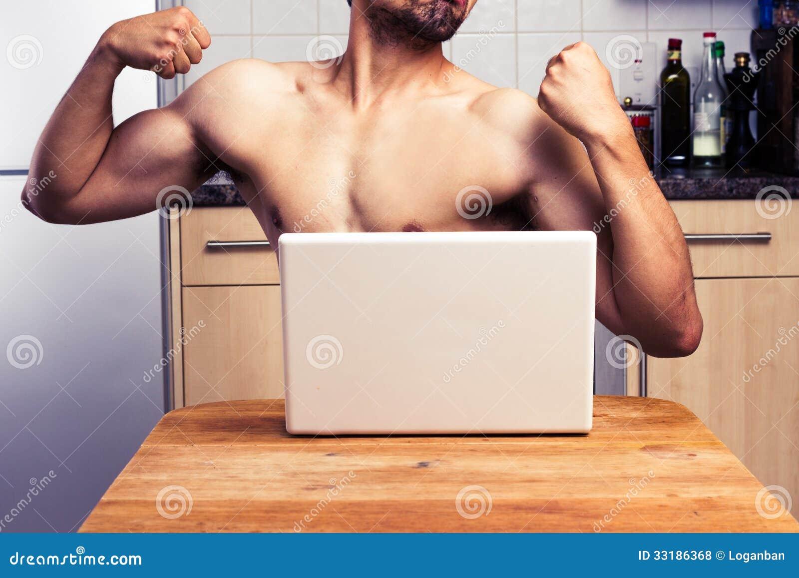 Nagi mężczyzna próbuje imponować podczas kamery internetowej gadki