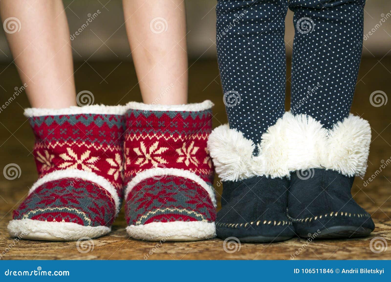 Nagie dziecko nogi, cieki w czerwonych zim bożych narodzeń butach z orna i