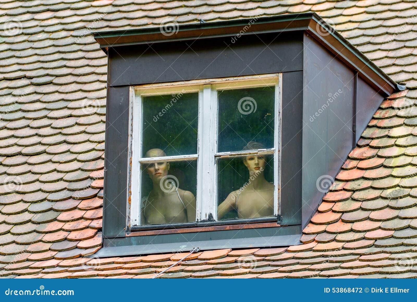 Nagie kobiety za okno zdjęcie stock. Obraz złożonej z