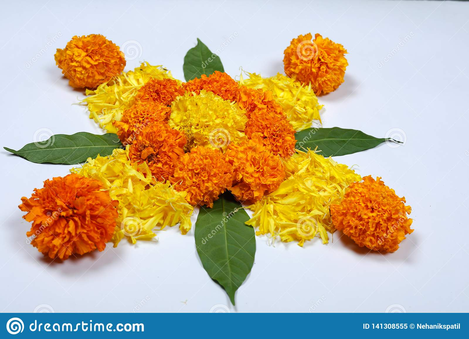 Nagietka kwiatu rangoli projekt dla Diwali festiwalu, Indiańska festiwalu kwiatu dekoracja
