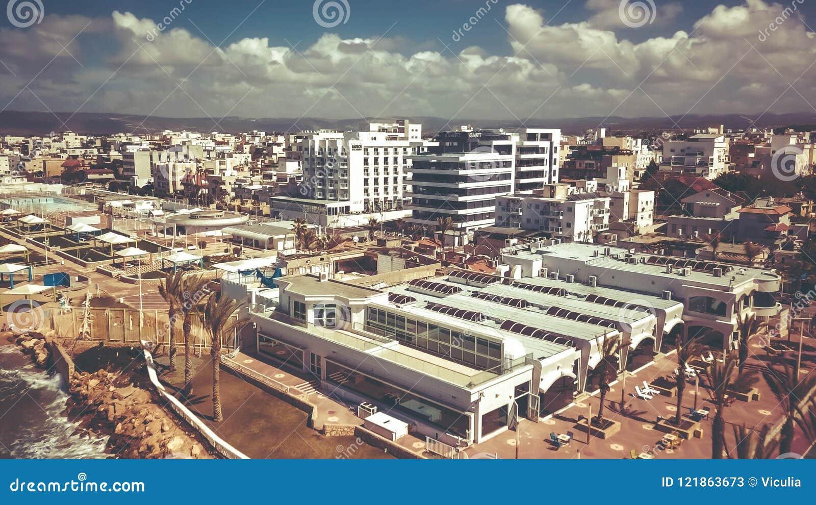 NAHARIJA, ISRAEL 9. MÄRZ 2018: Vogelperspektive zur Stadt von Naharija, Israel