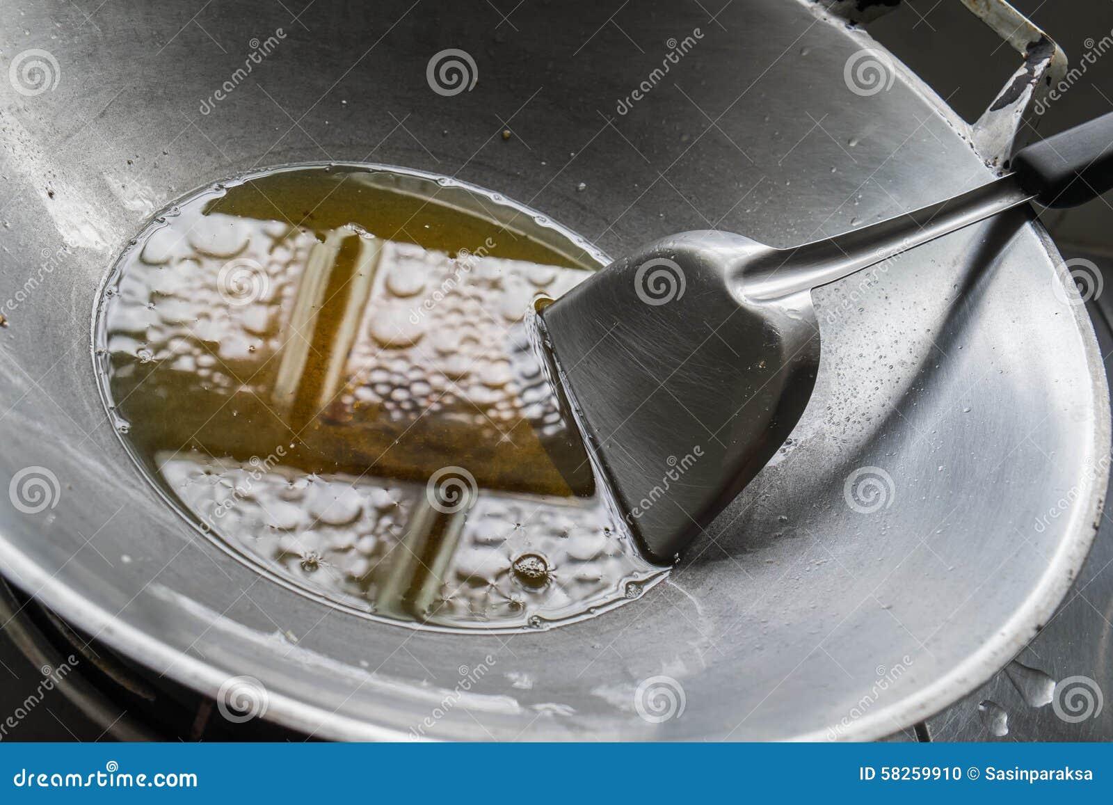 Nahaufnahmeöl in der Wanne, nach gekocht