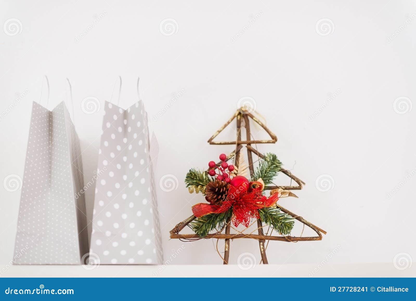 Nahaufnahme auf Einkaufenbeuteln und dekorativem Baum
