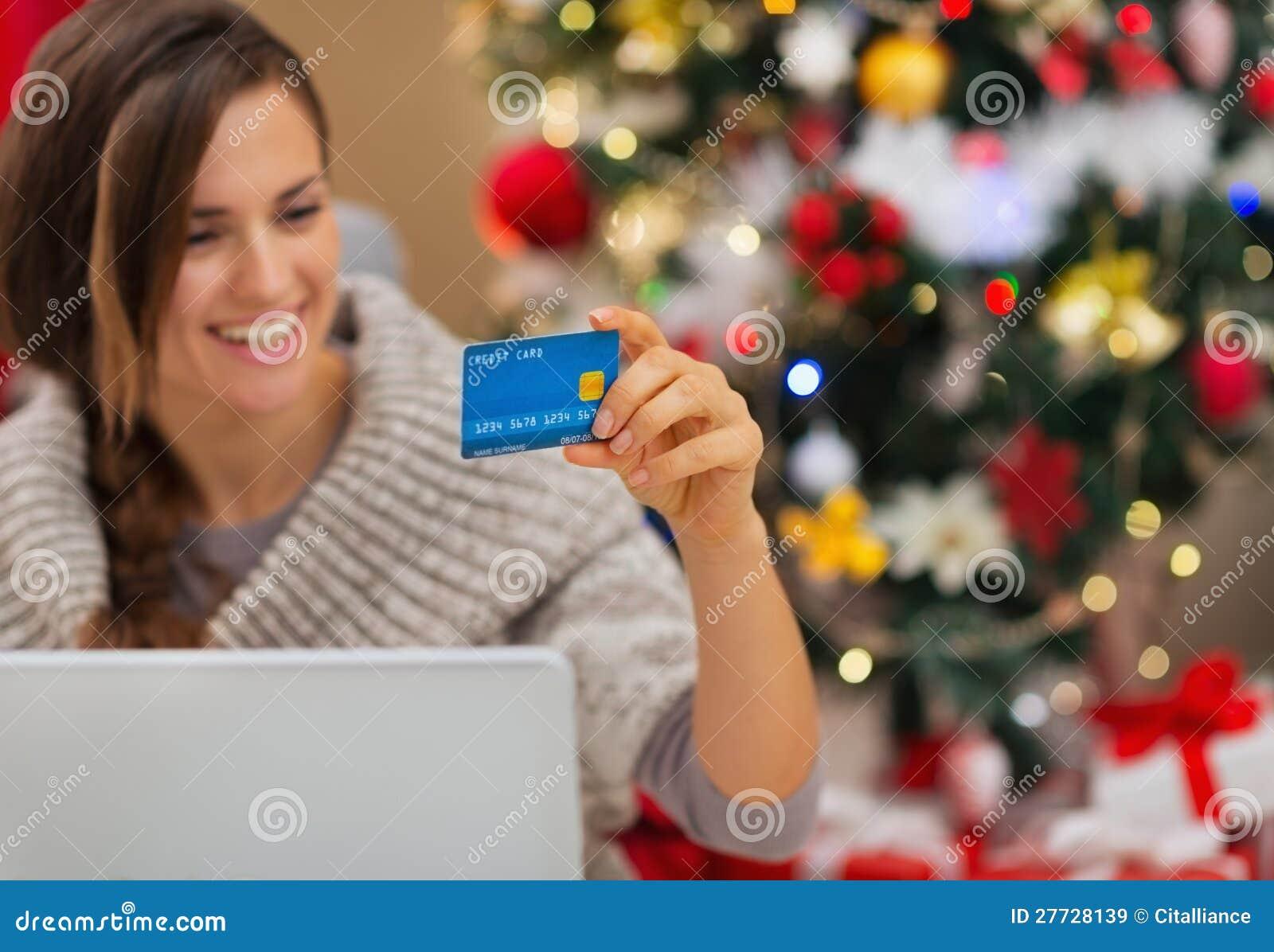 Nahaufnahme auf Kreditkarte in der Hand der glücklichen Frau