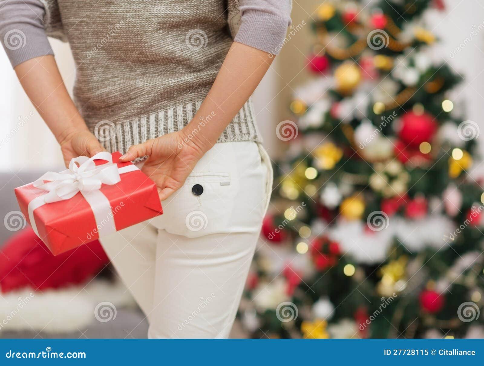 Nahaufnahme auf Weihnachtsgeschenk-Kastenholding durch Frau