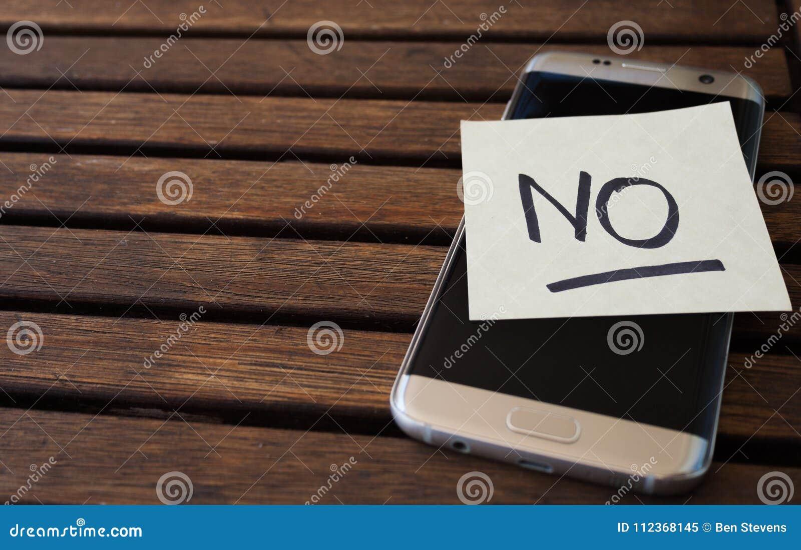 Nahaufnahme der Anmerkung über den Handy, der Benutzer erinnert, einen Rest zu haben