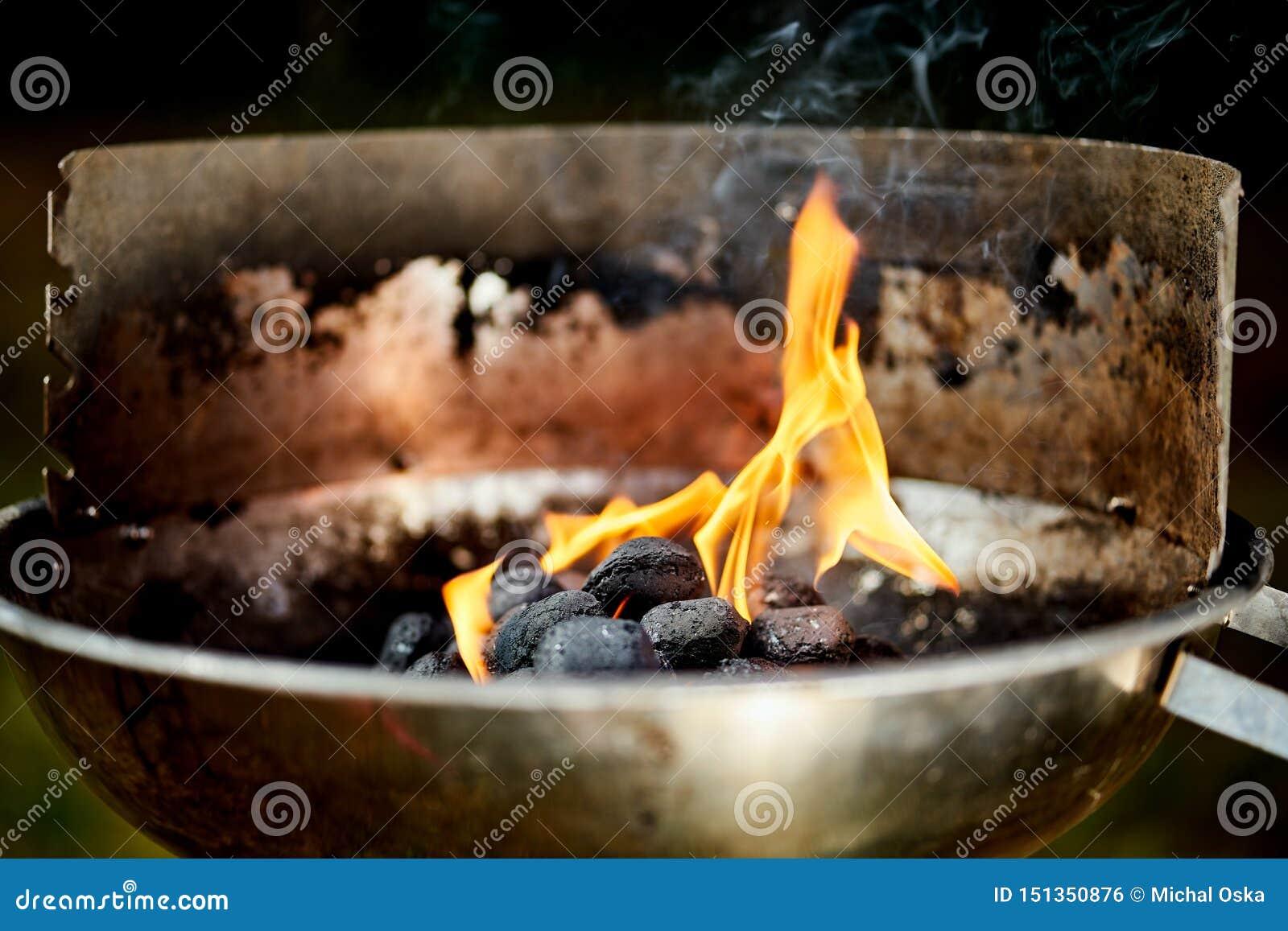 Nahaufnahme der glühenden Kohle im Metallgrill am Sommertag im Garten