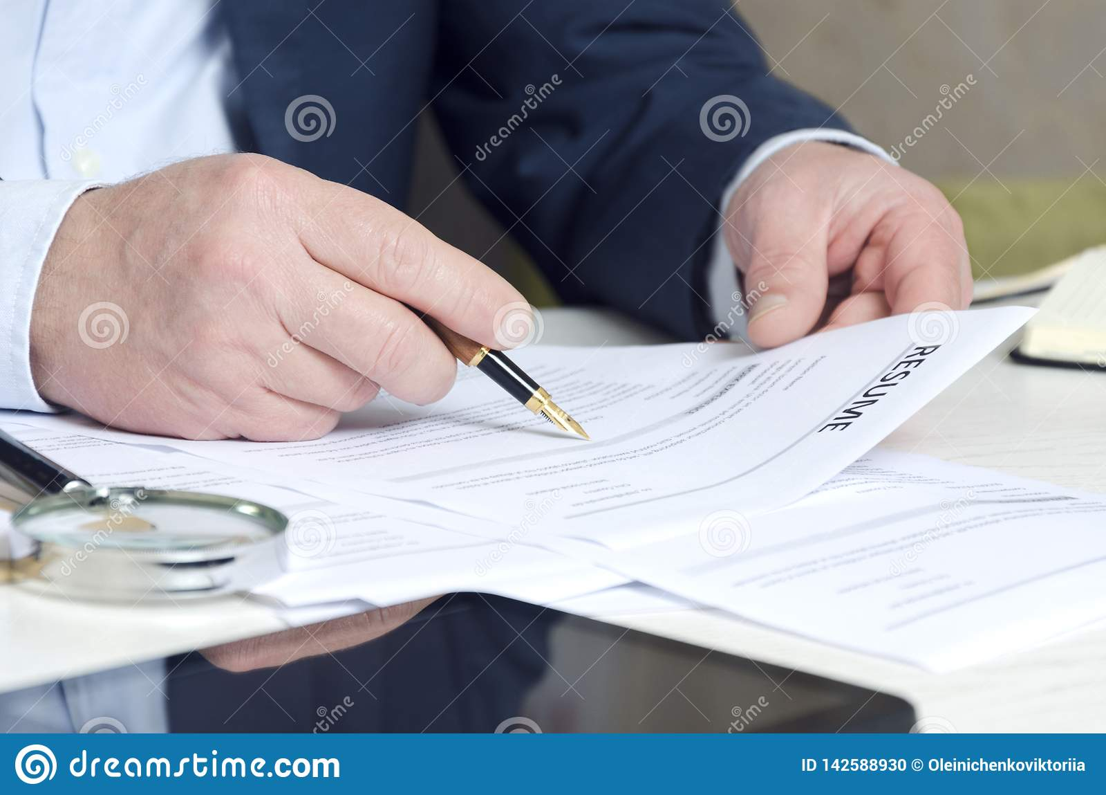 Nahaufnahme der Hände des Werbeoffiziers, die Zusammenfassung halten, um ein zu genehmigen Konzept des Suchens von Angestellten