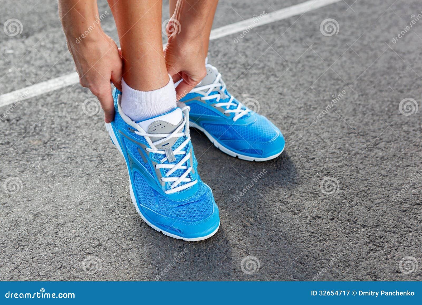 Nahaufnahme der jungen Frau Sport binden