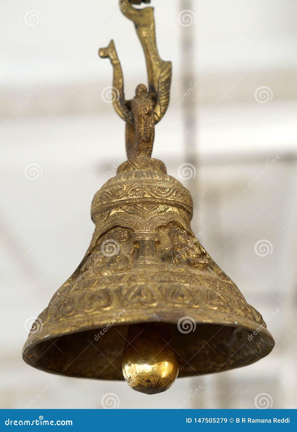 Nahaufnahme der Messingglocke gehangen vor Gottheit im hindischen Tempel