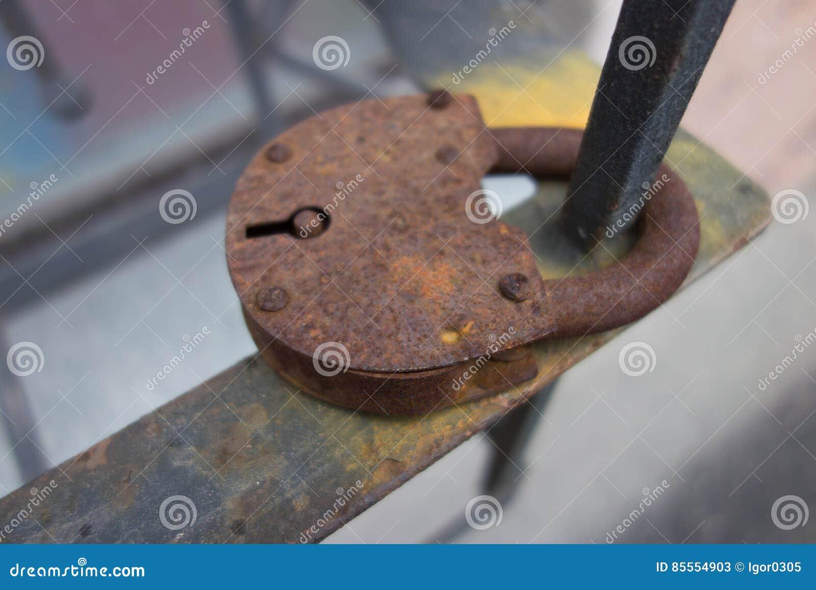 Nahaufnahme des alten rostigen Vorhängeschlosses