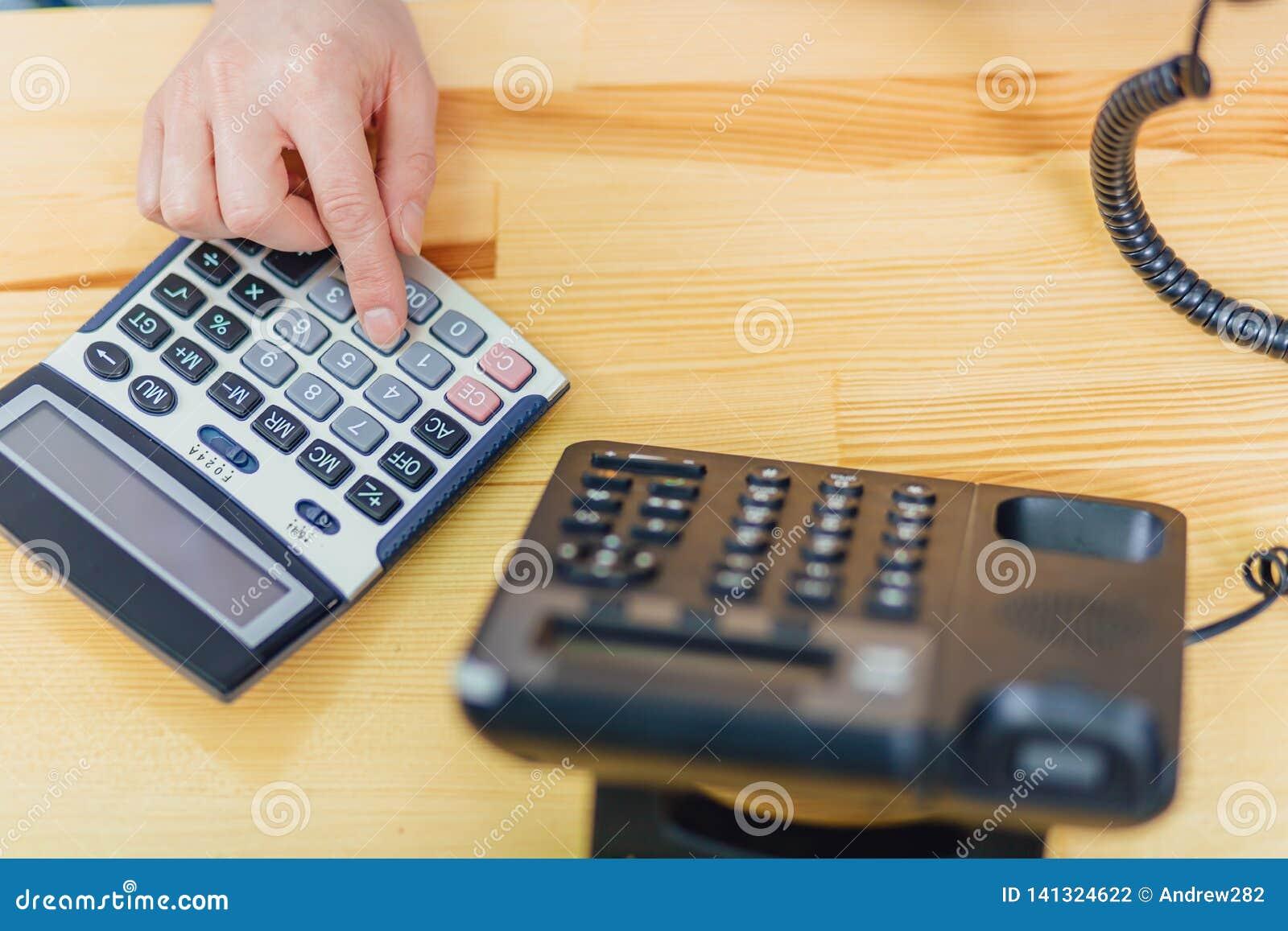 Nahaufnahme des Arbeitsplatzes wird durch das Bürotelefon besetzt Die Technologie der digitalen Verbindung des Gerätes von
