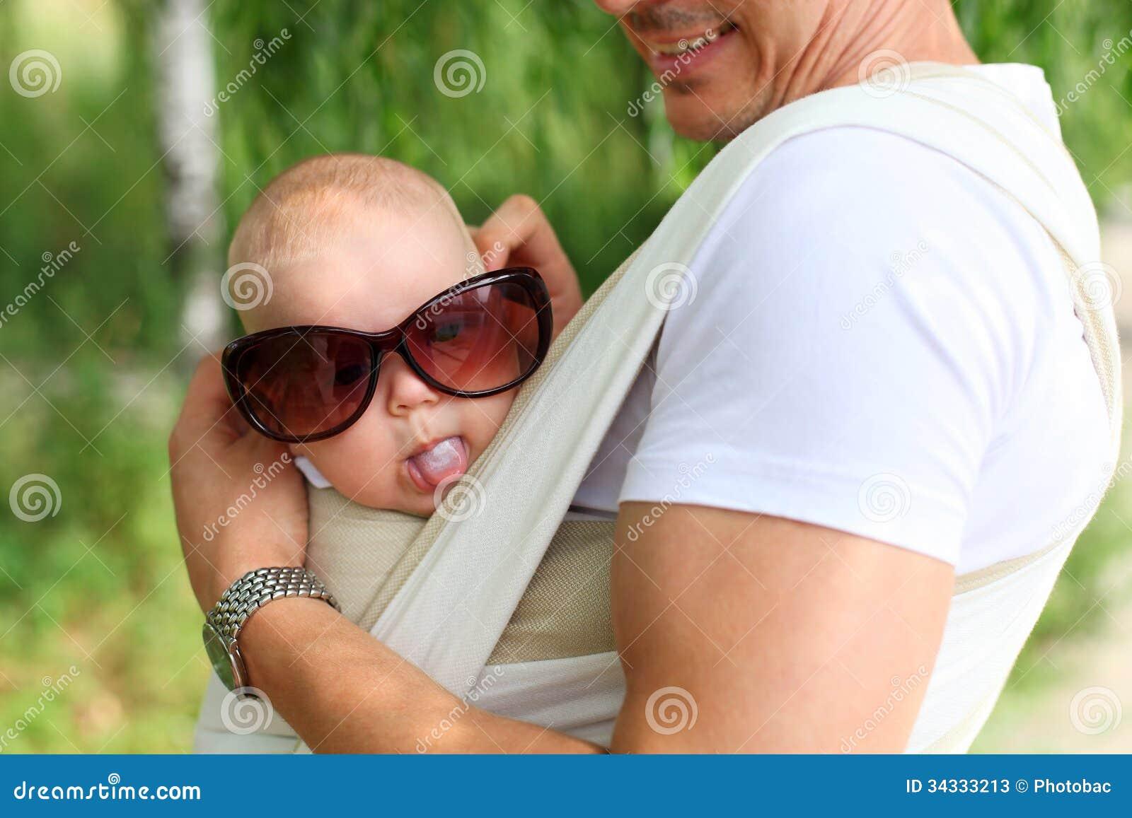 Nahaufnahme des Babys im Riemen