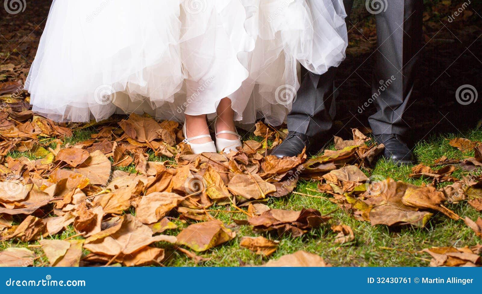 Nahaufnahme des Braut-und des Bräutigams Beines