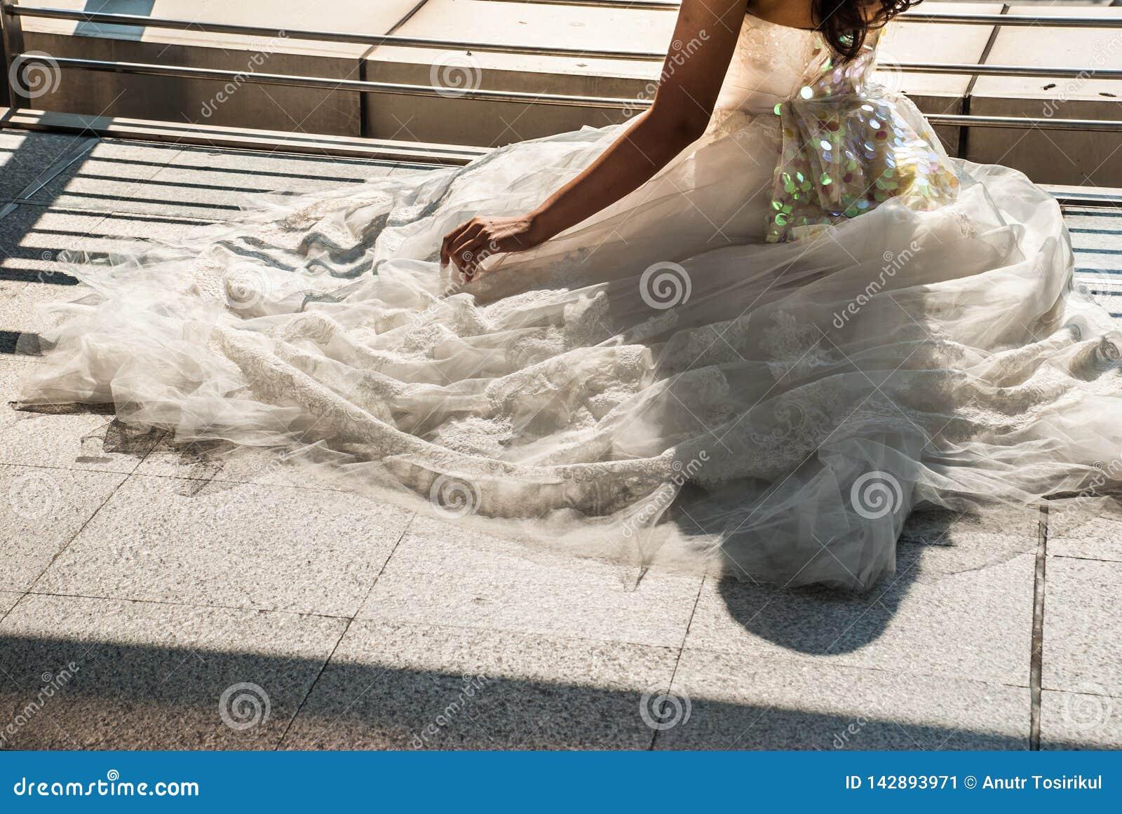 Nahaufnahme des Brautrockes von Weiß