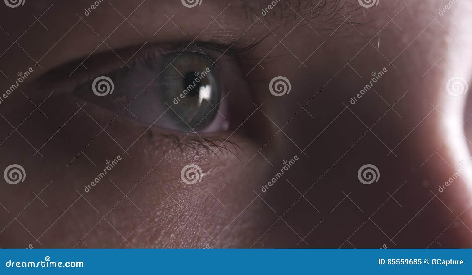 Nahaufnahme des Jugendlicheauges ohne das Make-up, das gerade schaut