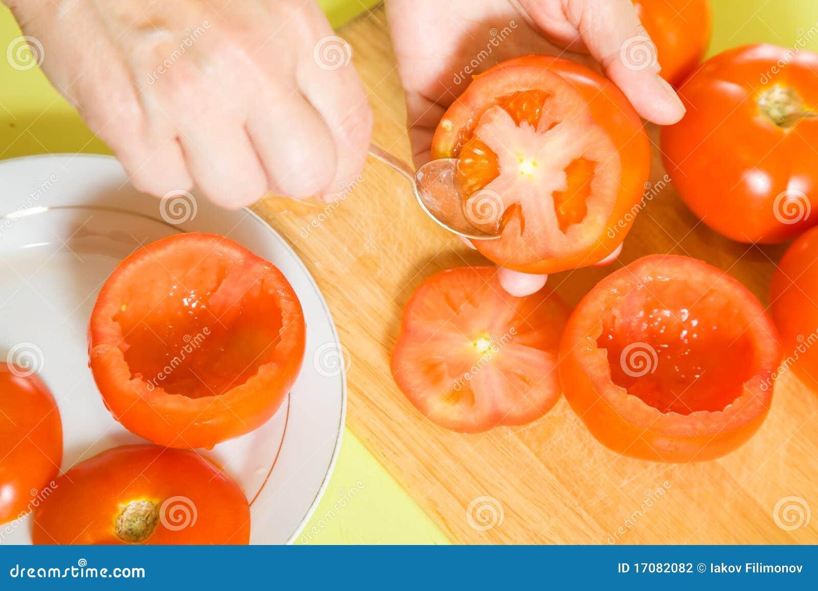 Nahaufnahme des Kochens der angefüllten Tomate