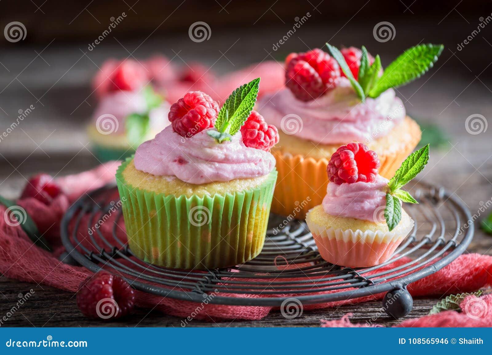 Nahaufnahme des süßen Himbeerkleinen kuchens gemacht von der Creme und von den Früchten