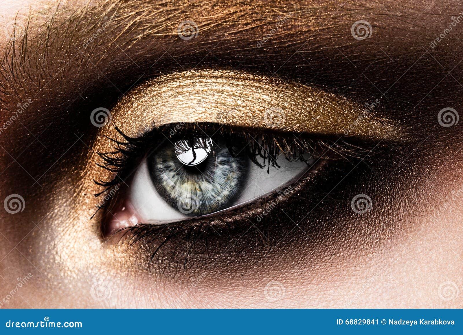 Nahaufnahme des schönen womanish Auges