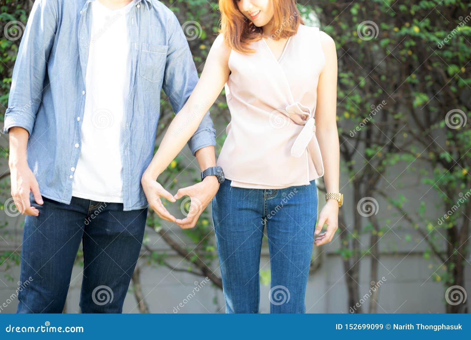Nahaufnahme des Spa?es des gl?cklichen Paars Gestenherzform mit der Hand im Freien zusammen machend