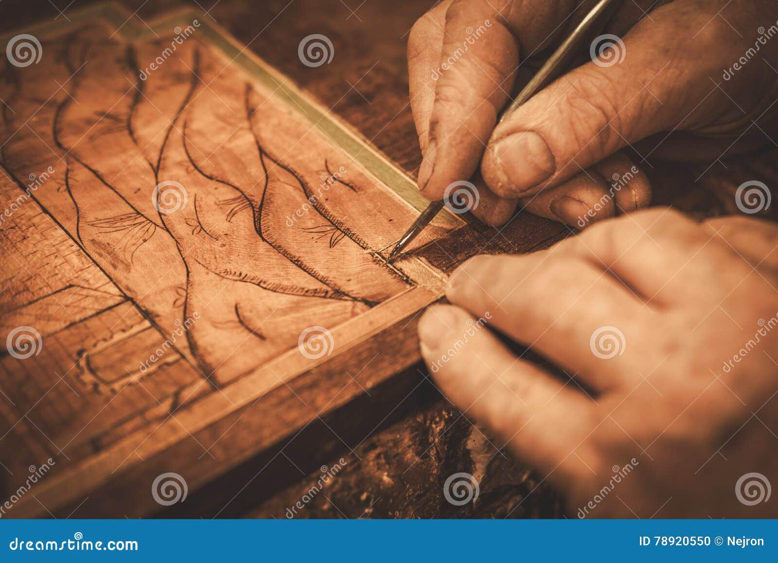 Nahaufnahme des Stärkungsmittels übergibt das Arbeiten mit antikem Dekorelement in seiner Werkstatt