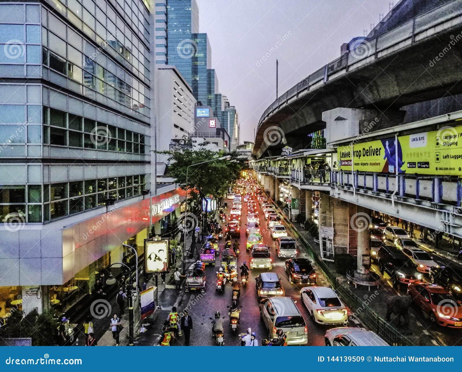 Nahaufnahme des Staus auf Silom-Straße nach der Arbeit am Abend, Bangkok, Thailand - 2. April 2019