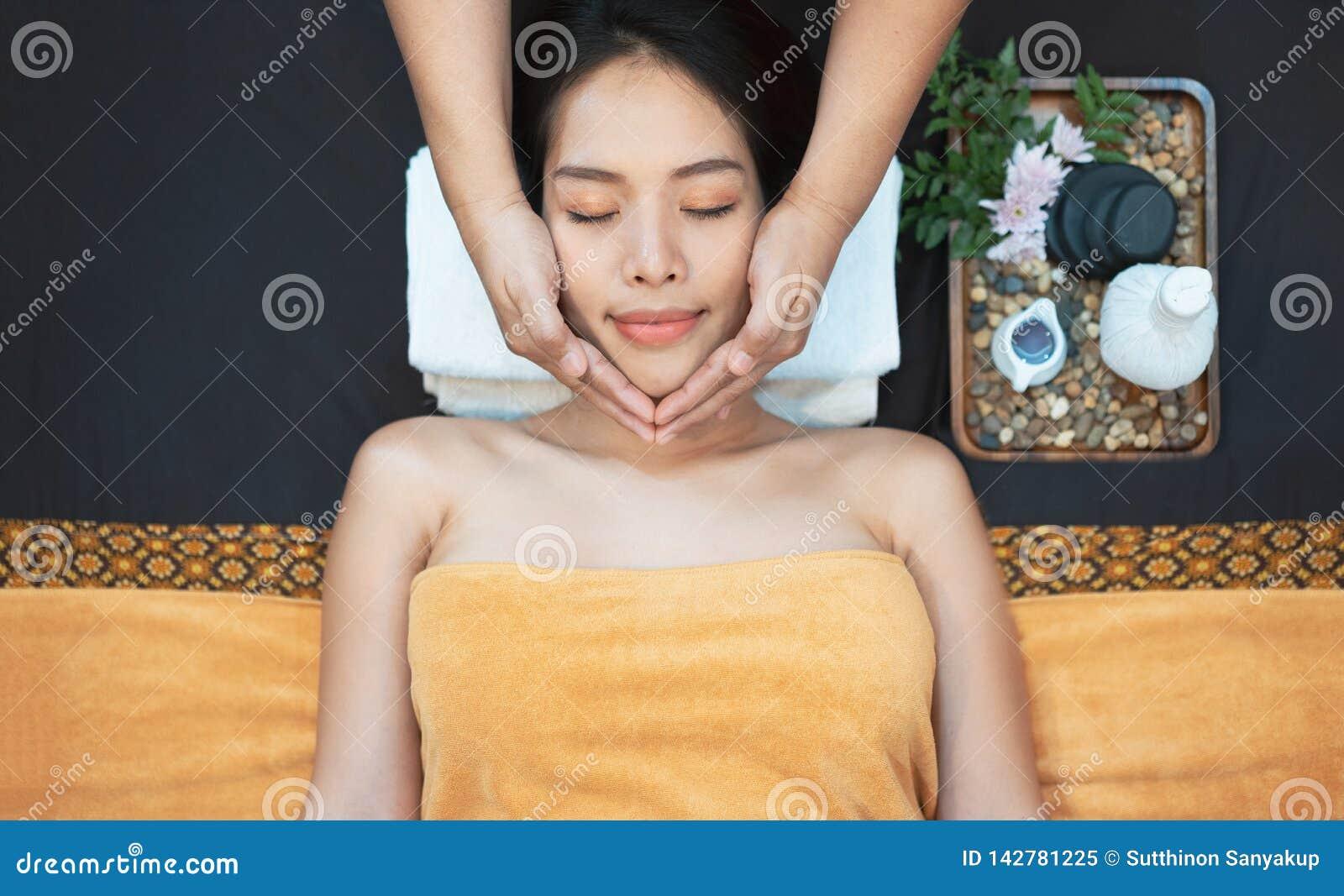 Nahaufnahme einer jungen Frau, die Badekur erhält Nahaufnahme der jungen Frau Badekurortmassagebehandlung am Schönheitsbadekurort