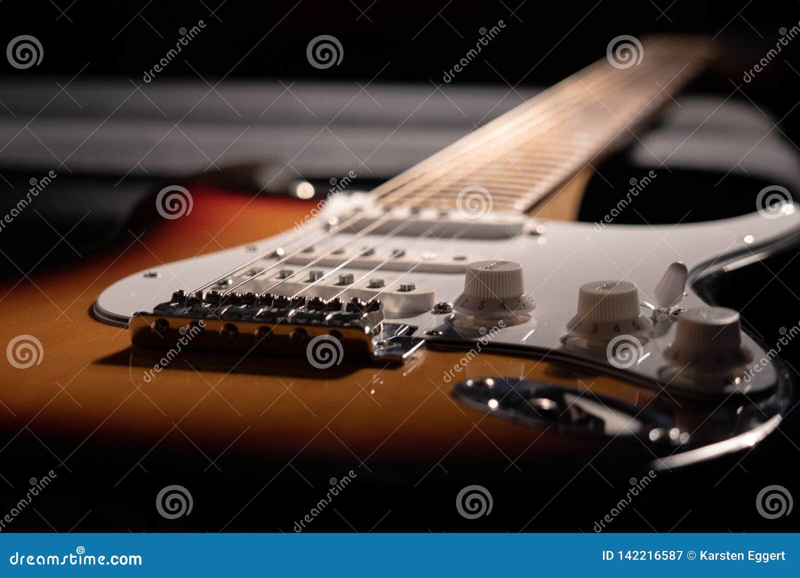 Nahaufnahme einer Sonnendurchbruche-gitarre
