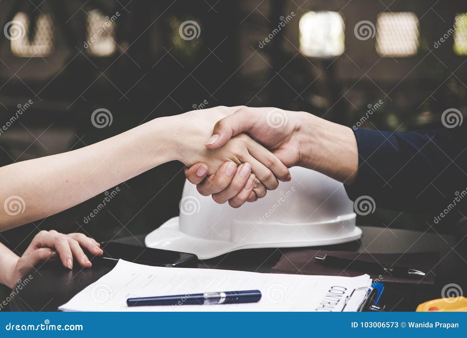 Nahaufnahme eines festen Händedrucks zwischen zwei Kollegen, nachdem ein Vertrag unterzeichnet worden ist