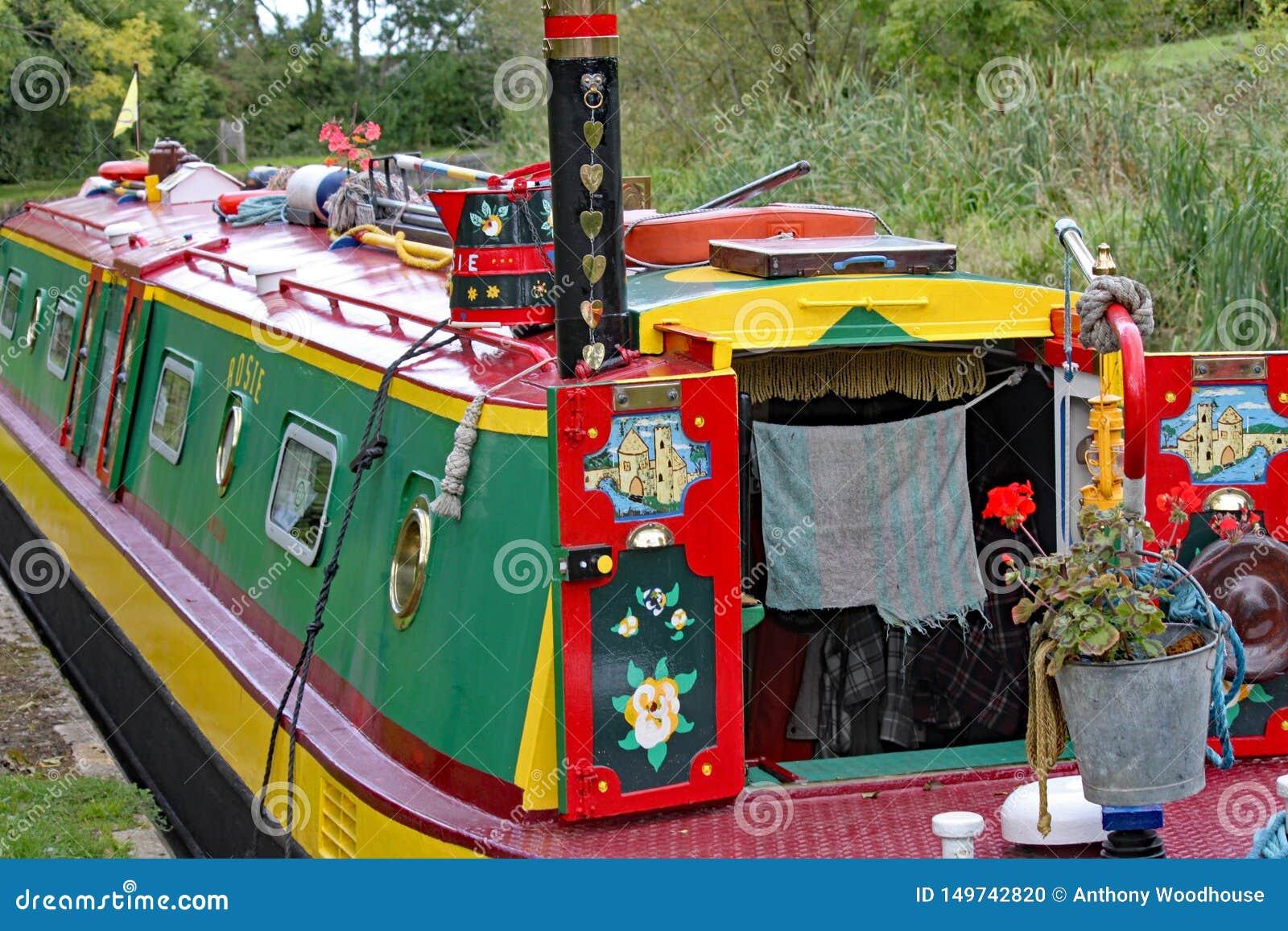Nahaufnahme eines in hohem Grade verzierten Lastkahnes auf dem großartigen Verbands-Kanal bei Lapworth in Warwickshire, England