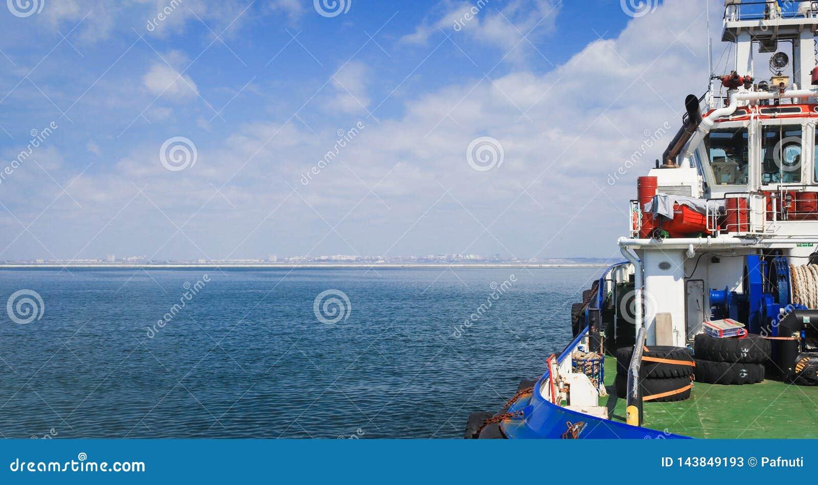 Nahaufnahme eines Versorgungsschiffes, das Fracht transportiert