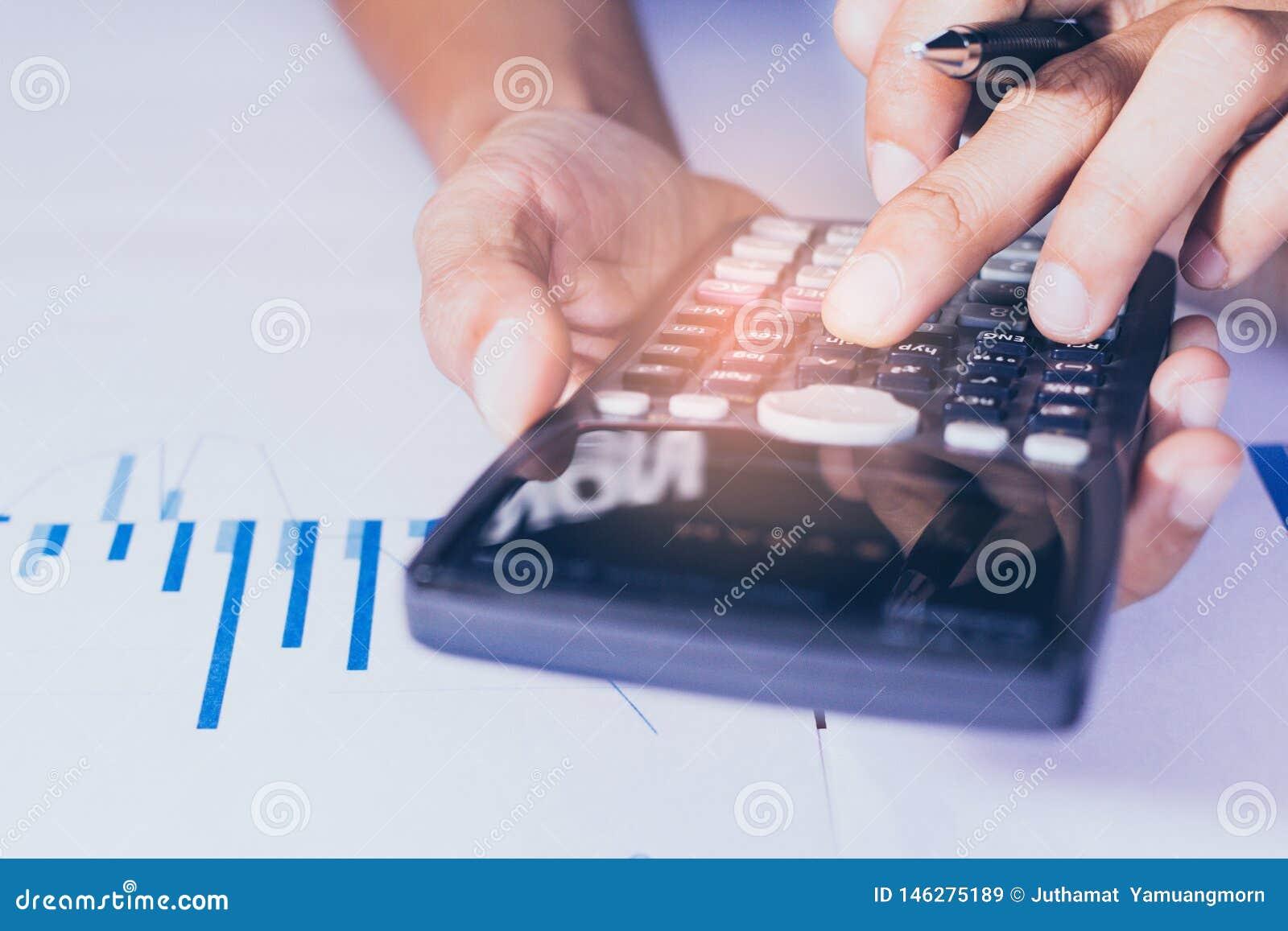 Nahaufnahme Hand des Gesch?fts- oder Kontoarbeitstaschenrechners, Gewinn oder Diagrammwirtschaft auf Hauptb?rotisch