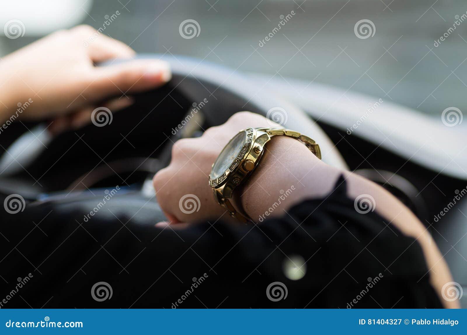 Armbanduhr am arm frau  Nahaufnahme Innerhalb Des Fahrzeugs Von Frau ` S Hand, Die Auf ...