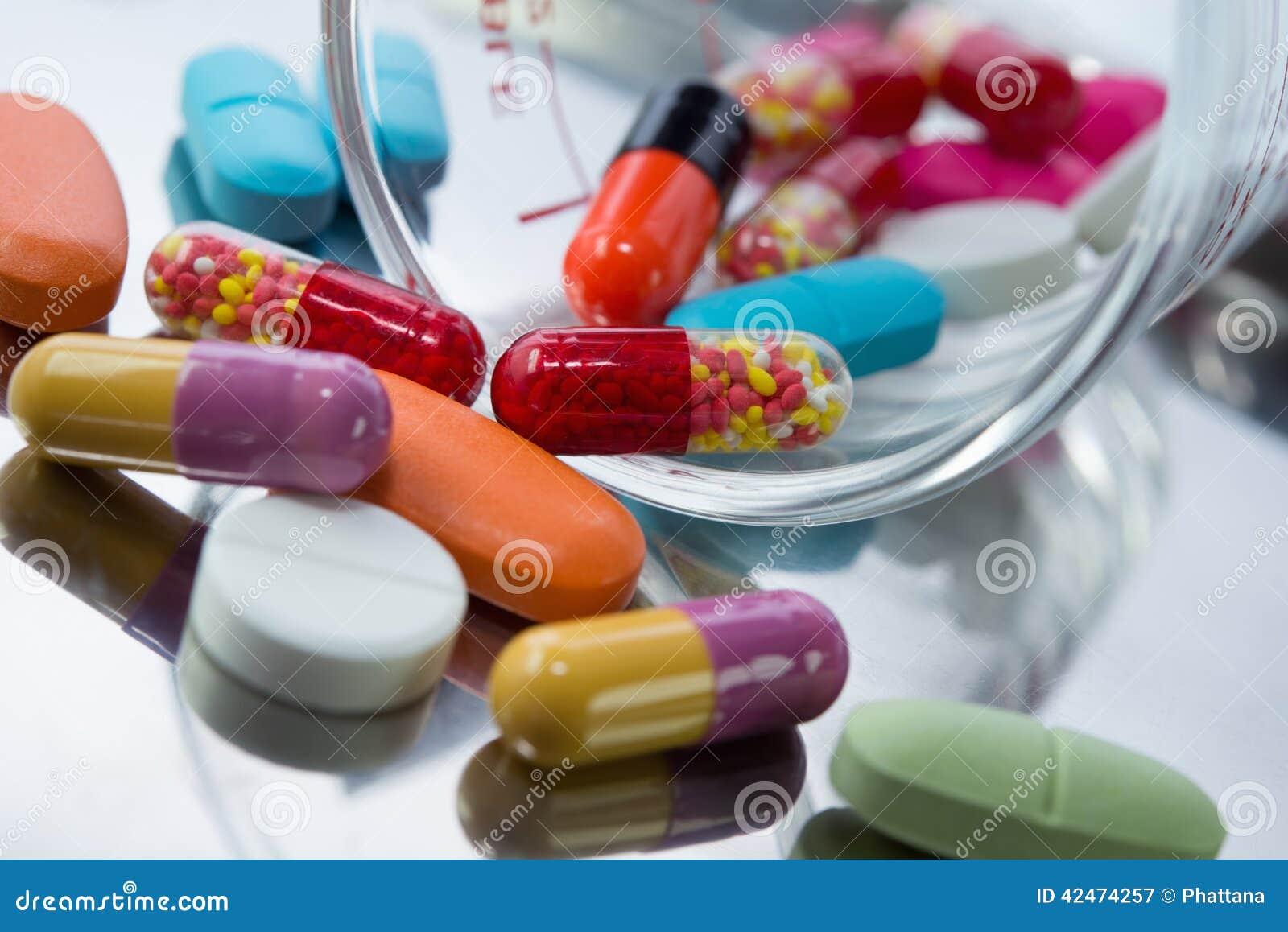 Nahaufnahme vieler bunten Pillen