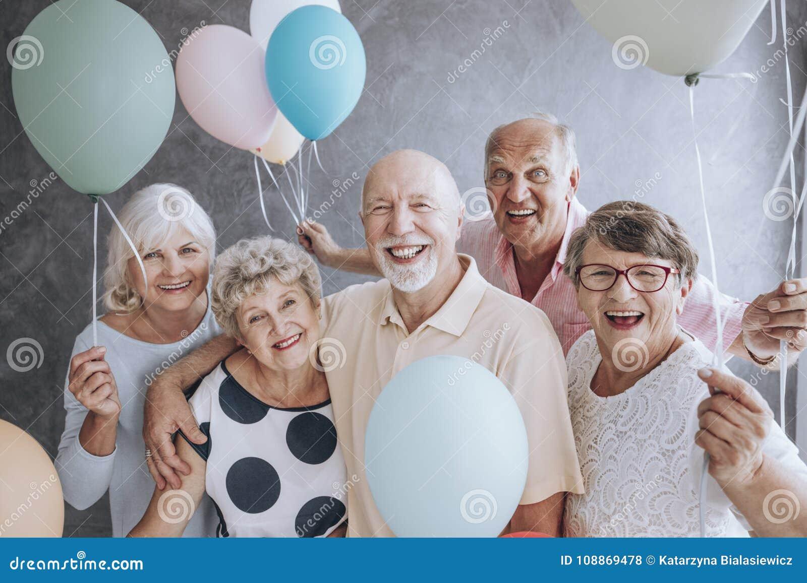 Nahaufnahme von aufgeregten Pensionären