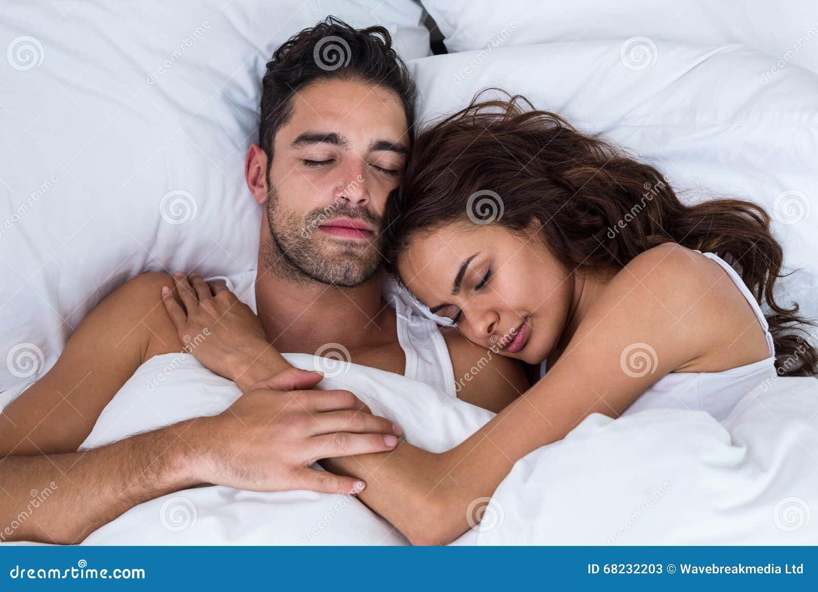 Nahaufnahme von den paaren die auf bett schlafen for Bett schlafen