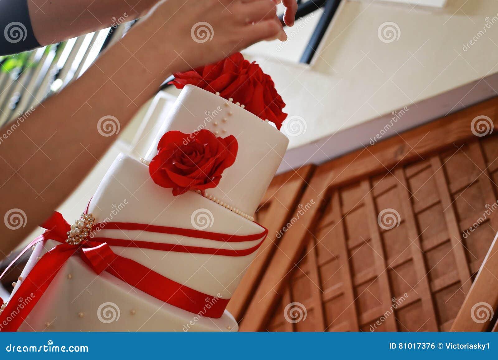 Nahaufnahme Von Den Weiblichen Handen Die Eine Hochzeitstorte