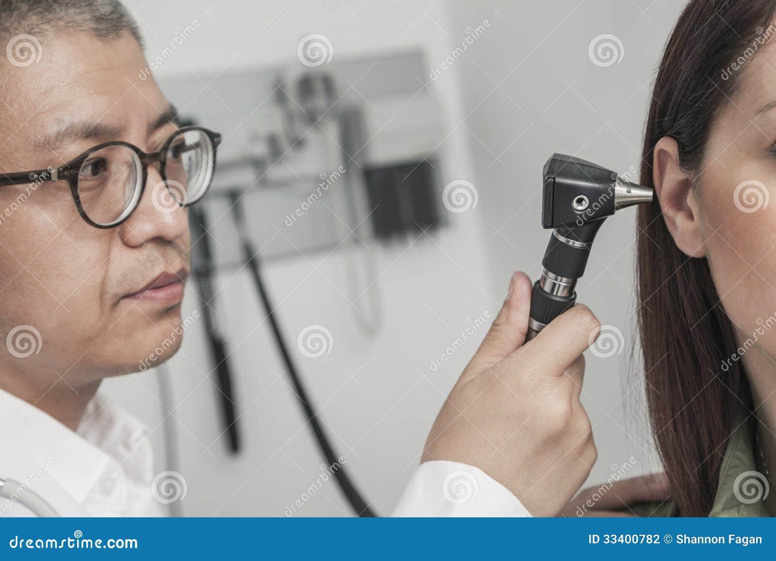Nahaufnahme von Doktor die Ohren eines Patienten überprüfend