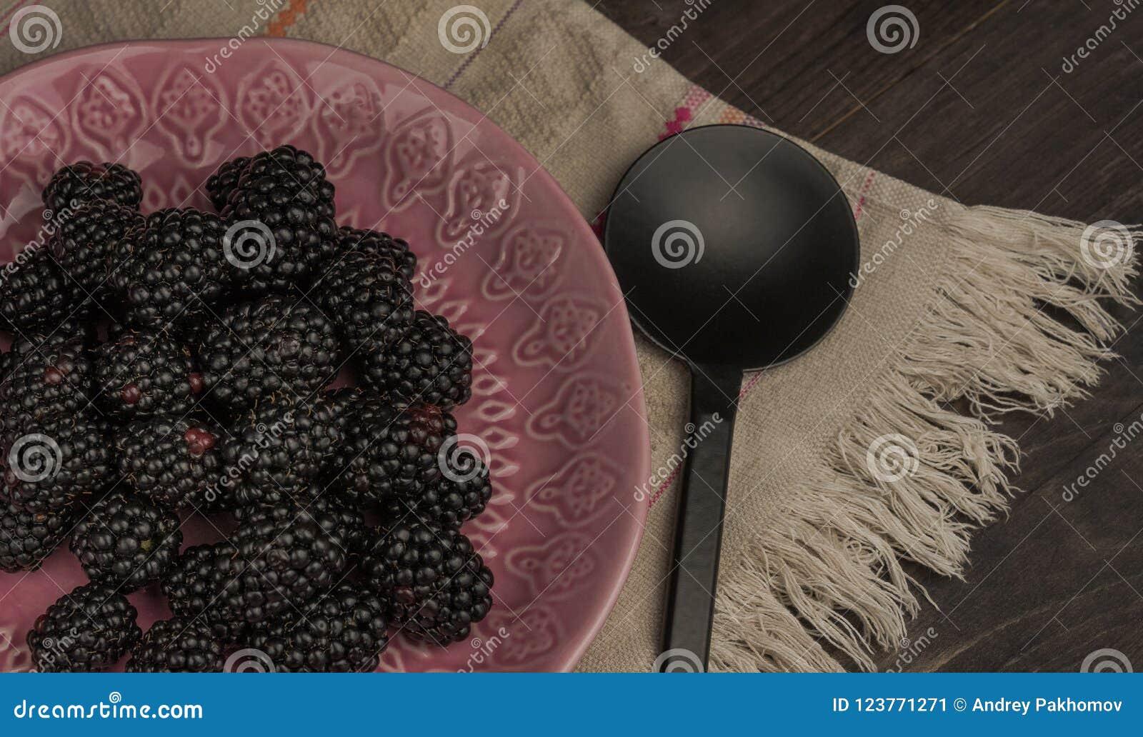 Nahaufnahme von frischen Brombeeren in einer Schüssel auf rustikaler Tabelle