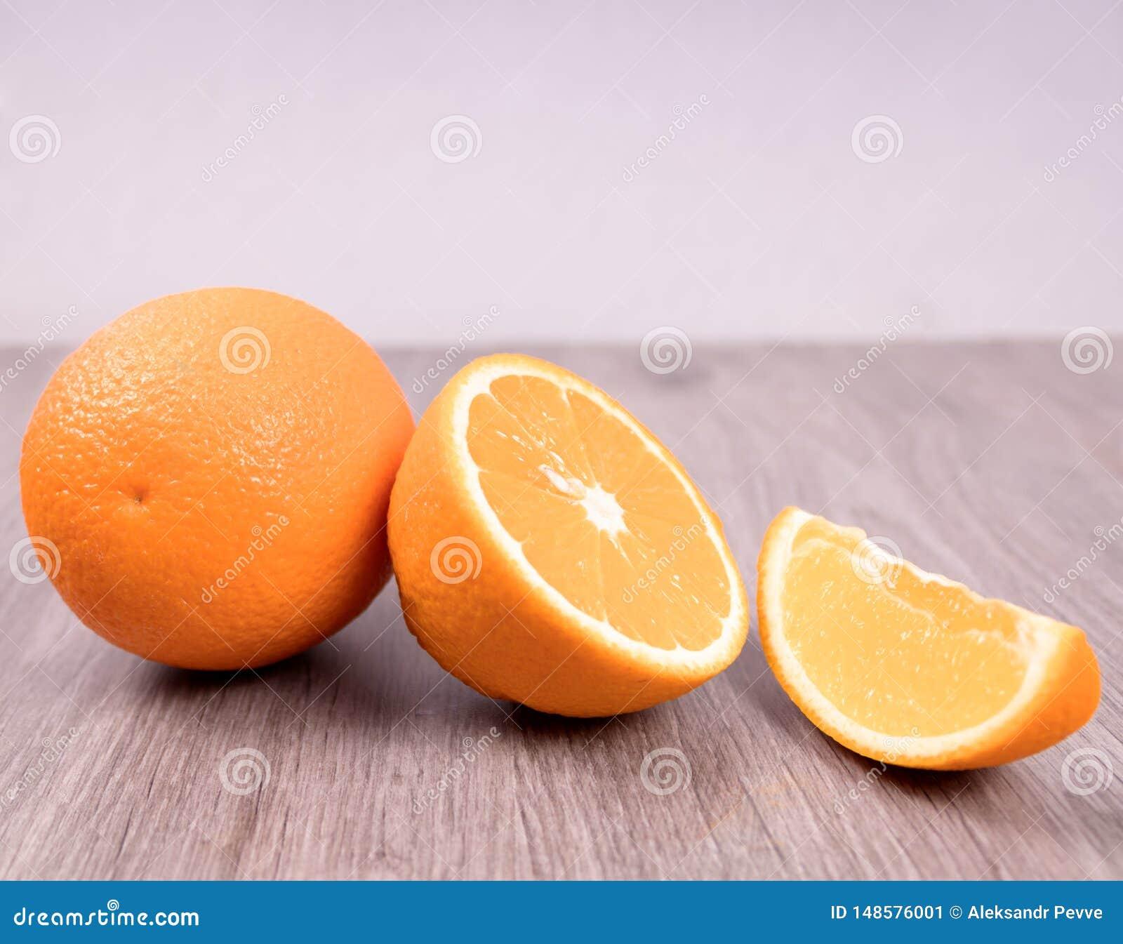 Nahaufnahme von Orangen auf einem Holztisch mit wei?em Hintergrund