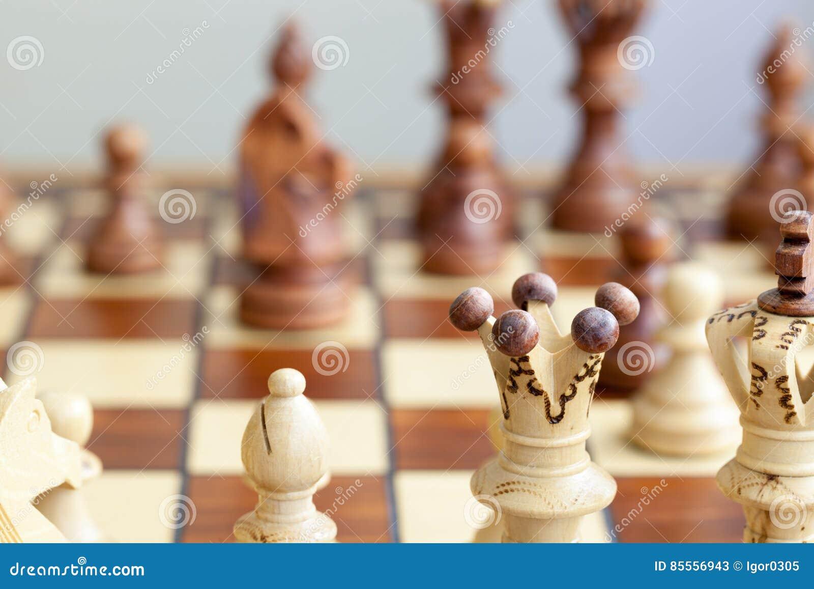 Nahaufnahme von Schachfiguren auf Schachbrett