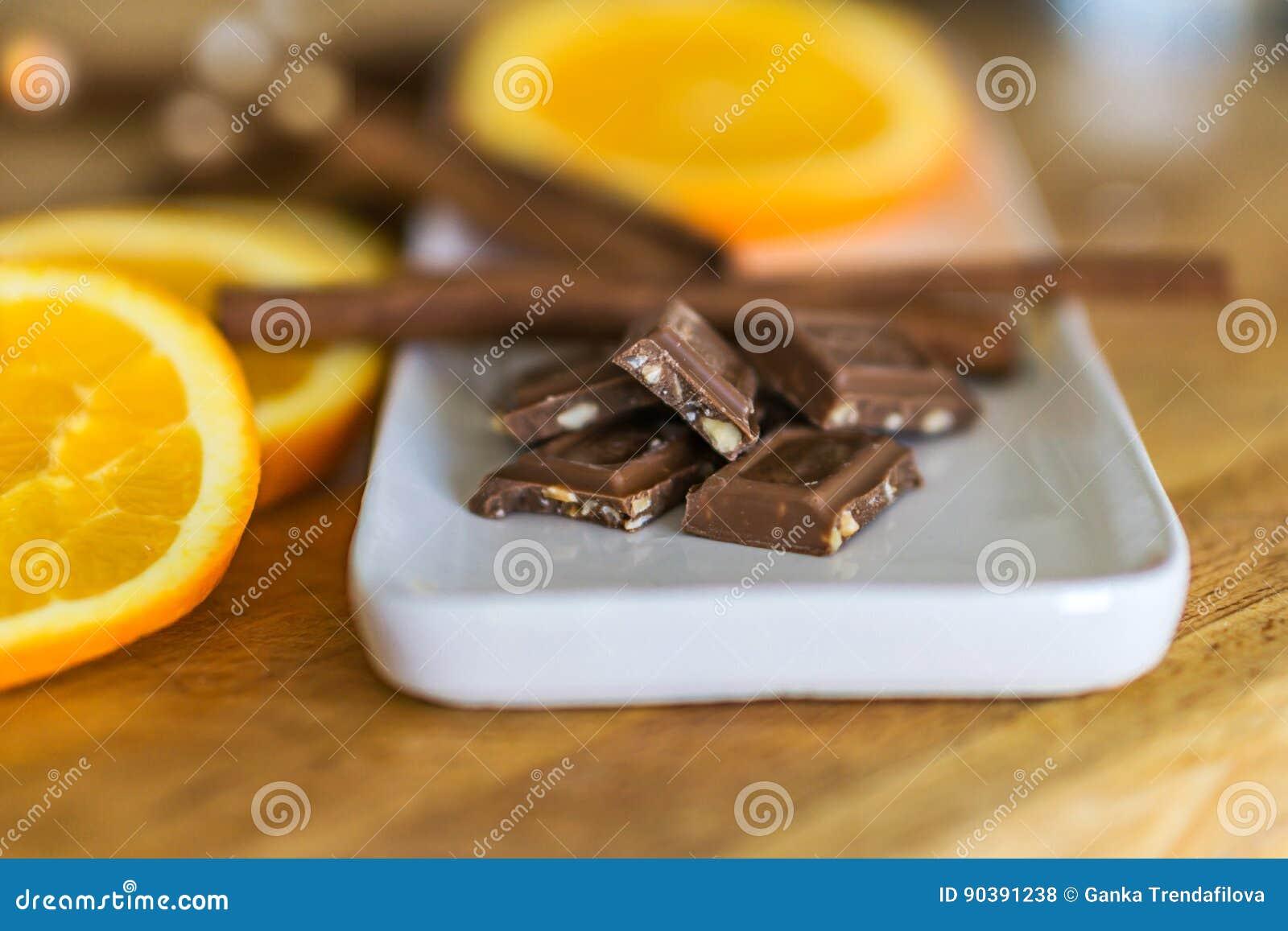 Nahaufnahme von Stücken, Milchschokolade mit zerquetscht, briet Mandel