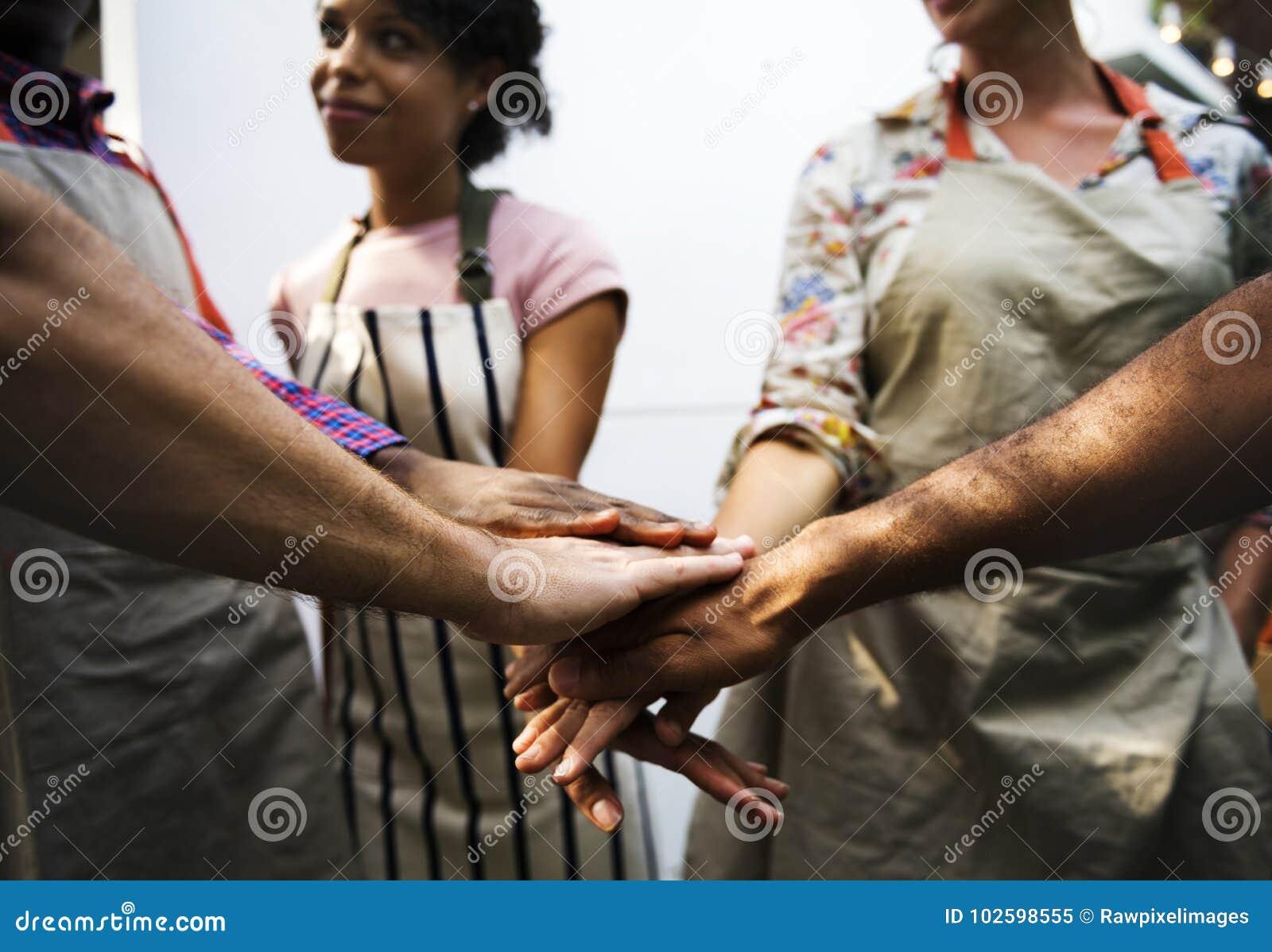 Nahaufnahme von verschiedenen Händen verband zusammen als Teamwork