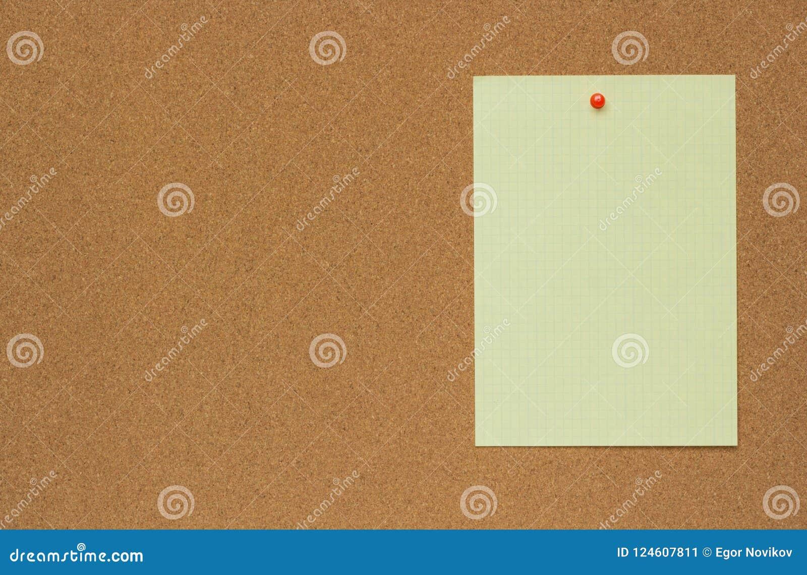 Nahaufnahmebeschaffenheit eines braunen Korkenbrettblattes mit einem Blatt Papier