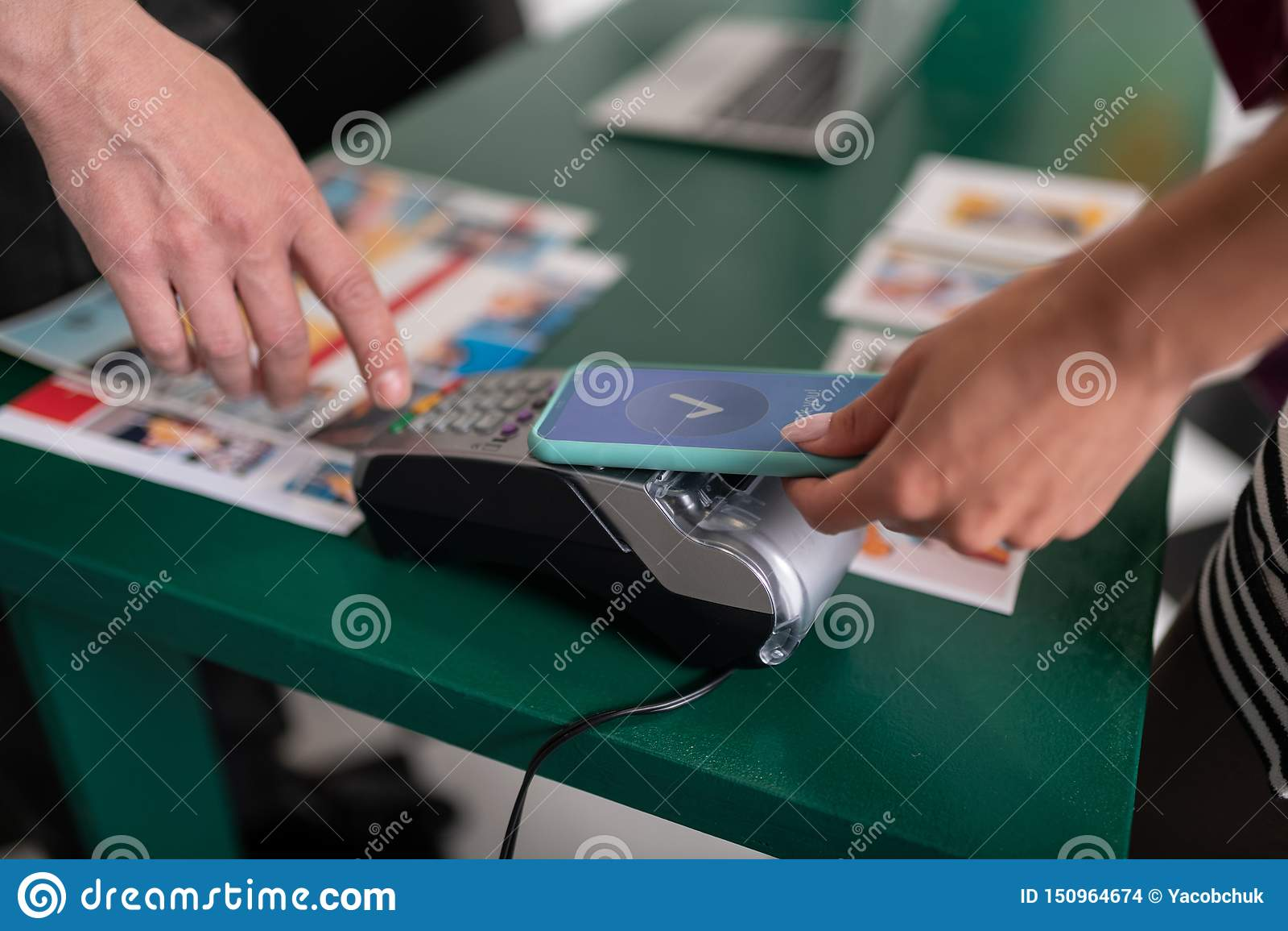 Nahaufnahmebild der Frau zahlend unter Verwendung PayPass am Telefon