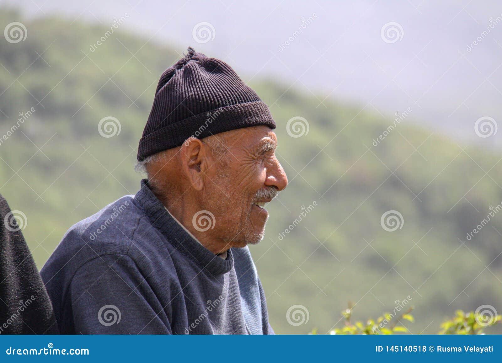Nahaufnahmebild eines glücklichen ländlichen Mannes, der Iran, Gilan