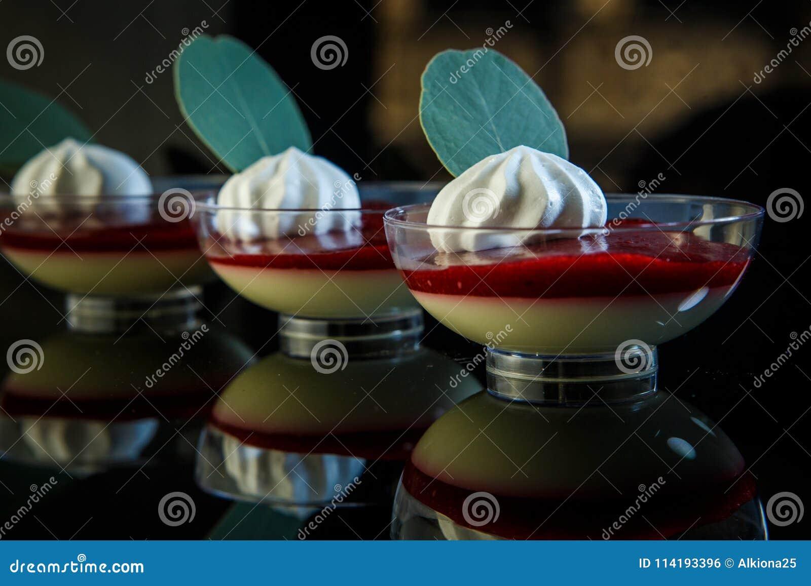 Nahaufnahmebrombeeren-panakota Nachtisch in den Glasschüsseln