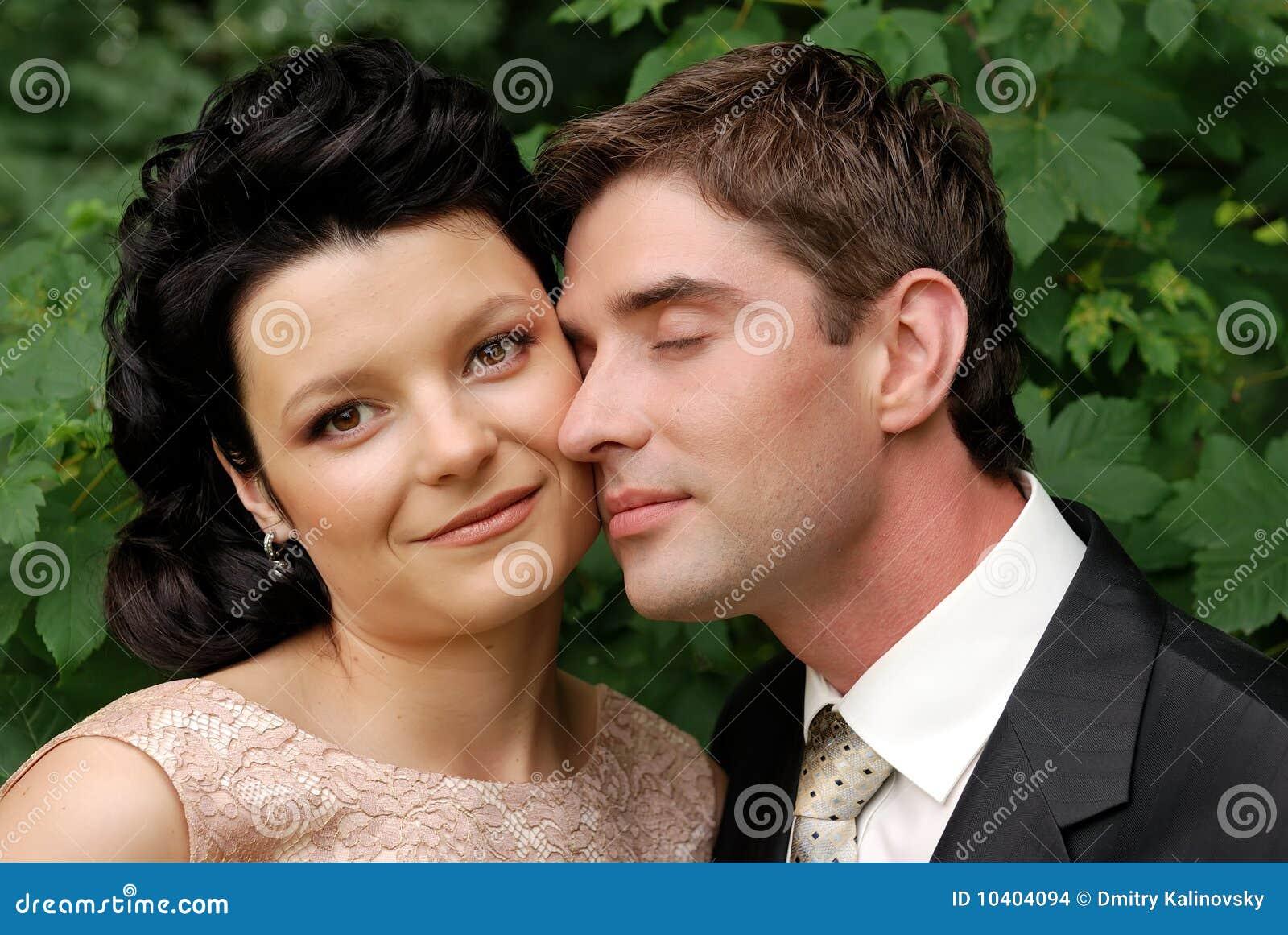 Nahaufnahmefoto der glücklichen jungen Hochzeitspaare