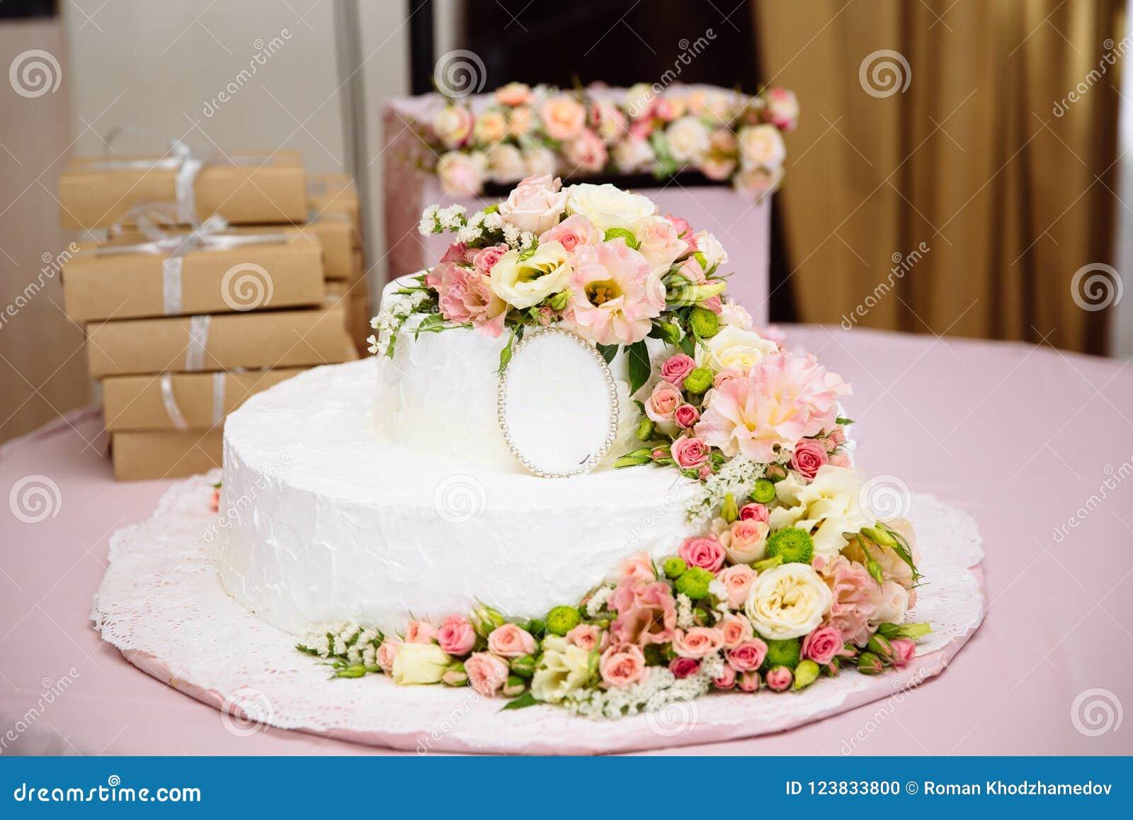Nahaufnahmefoto Einer Hochzeitstorte Verziert Mit Frischen Blumen