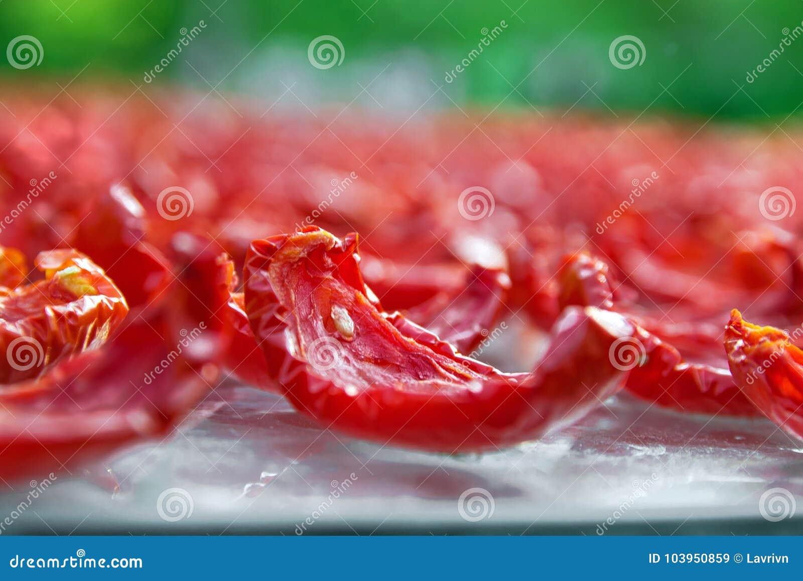 Nahaufnahmehintergrund von roten tomaten schneiden trockner